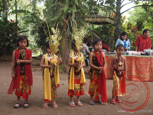 Kinderen doen een lokale dans