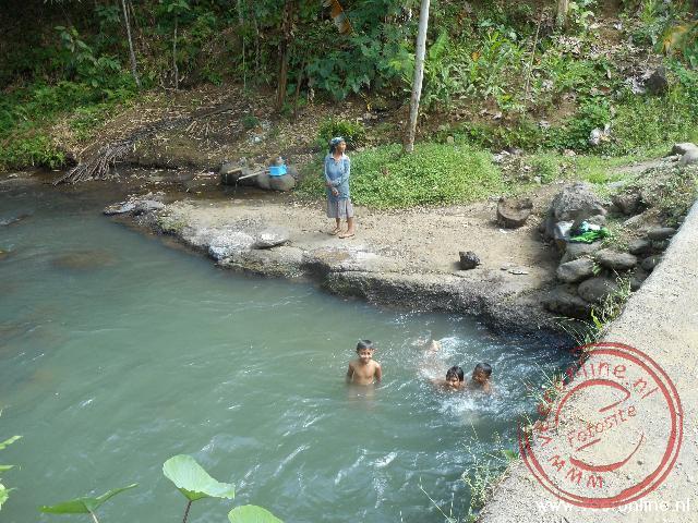 Kinderen zwemmen in een beekje