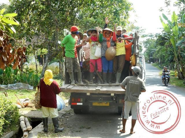 Een vrachtwagen doet dients als openbaar vervoer in Kalibaru
