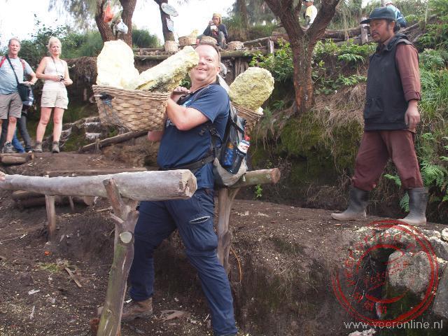 Bij de Ijen vulkaan mag ik proberen de 60 kilogram zware last van een zwaveldrager te dragen
