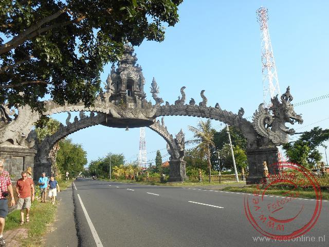 De toegangspoort op Bali zuivert alle zonden voor iedereen die onder de poort door gaat