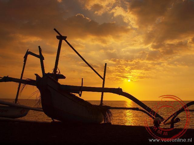 Een vissersboot op het strand bij Lovina