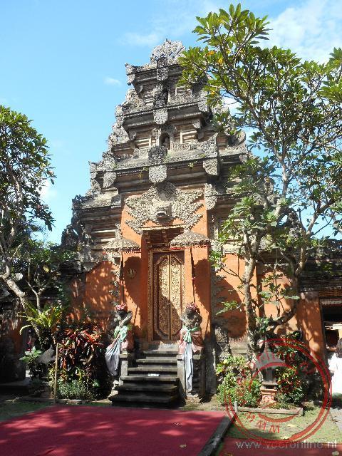 De toegangsdeur van het paleis in Ubud