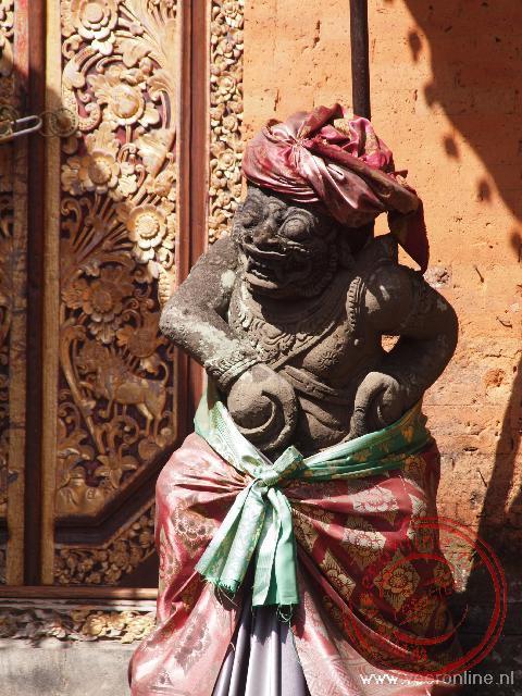 Een wachter bij het paleis in Ubud
