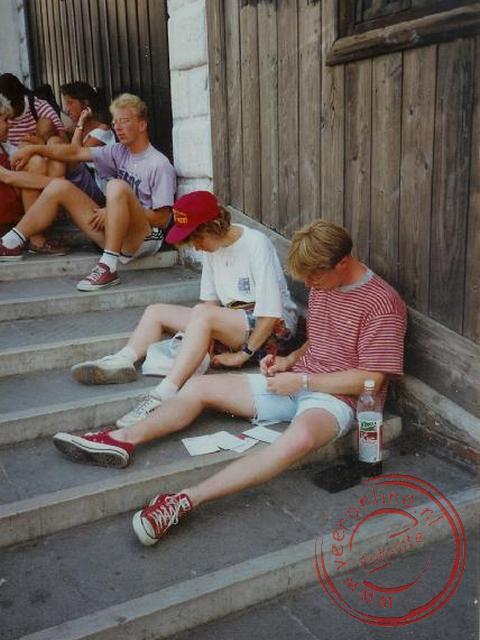 Kaarten scrhijven voor thuis op de trappen in Venetië