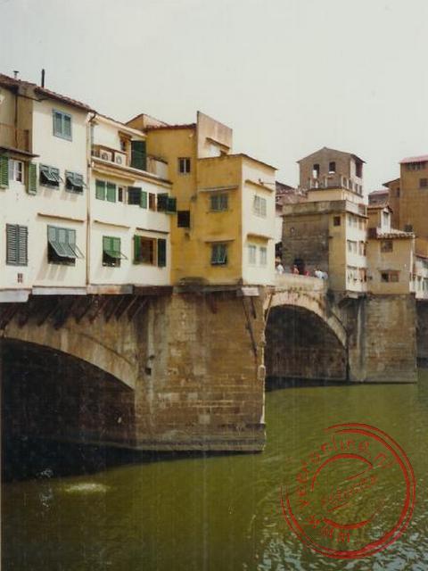 De Ponte Vecchio is een beroemde middeleeuwse brug over de rivier de Arno in Florence