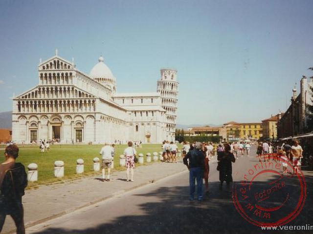 Het plein en de kathedraal bij de toren van Pisa