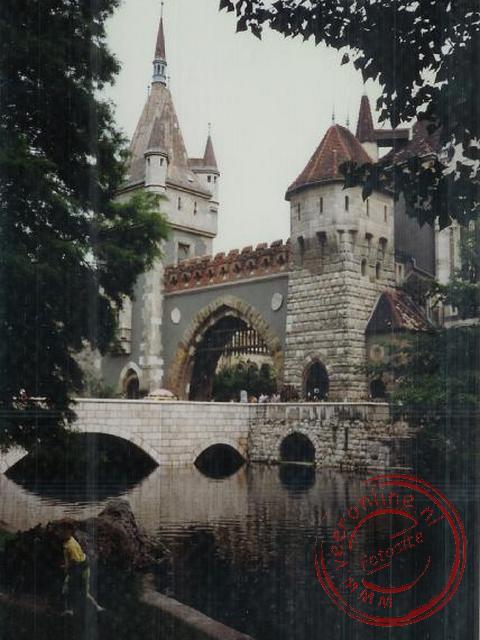 Een modern kasteel in het park in Budapest