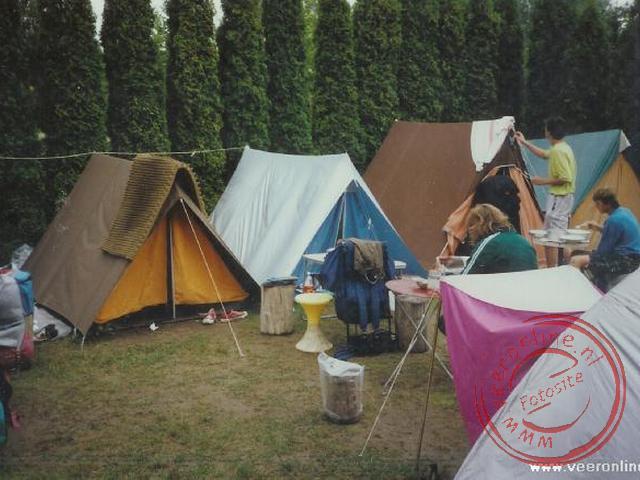 De tenten staan dicht opeen op de mini camping in Siofok