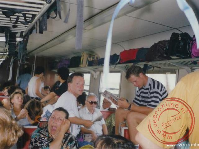 De oncomfortabele zit in de overvolle trein richting Athene