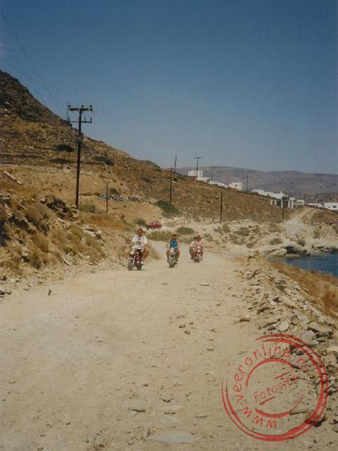 Met de brommers langs het strand en de bergen in op Ios
