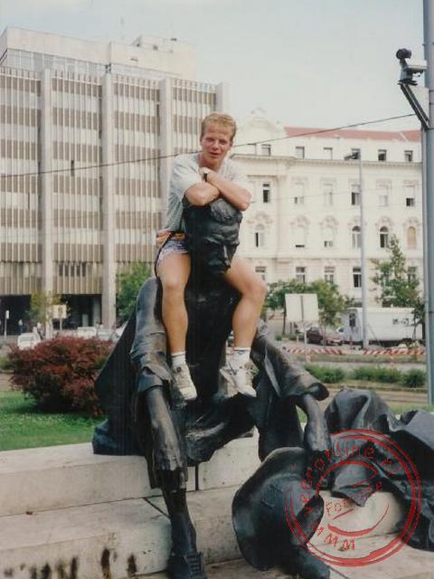 Ron op een standbeeld in Budapest