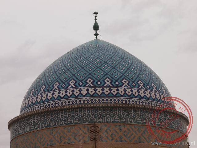 De turquoise koepel van de Bogheh-ye Sayyed Roknaddin in Yazd