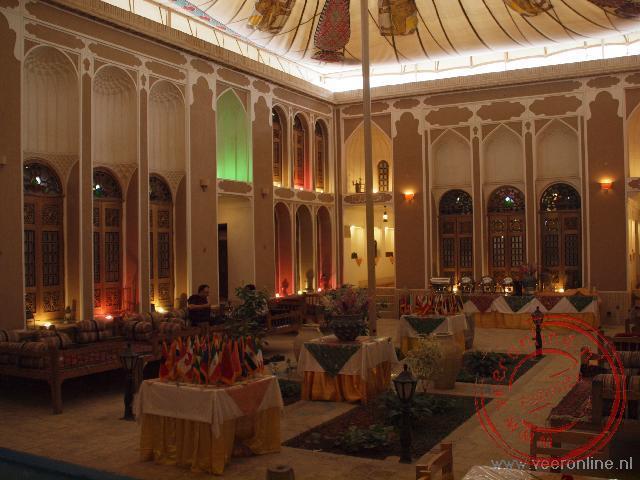 De gezellige met tentdoek overdekte binnenplaats van het hotel in Yazd.