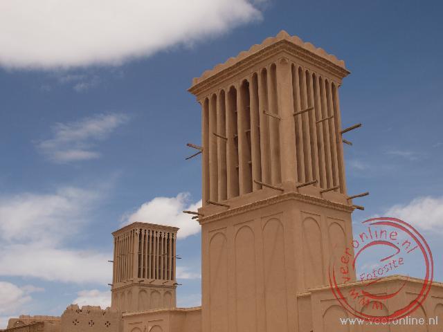 De windtorens dienen als airconditioner. De wind wordt naar beneden geleid in de toren en waait met de warme lucht aan de andere kant weer naar buiten.