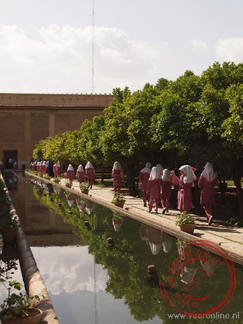 Schoolkinderen lopen in de binnenplaats van de citadel van Shiraz