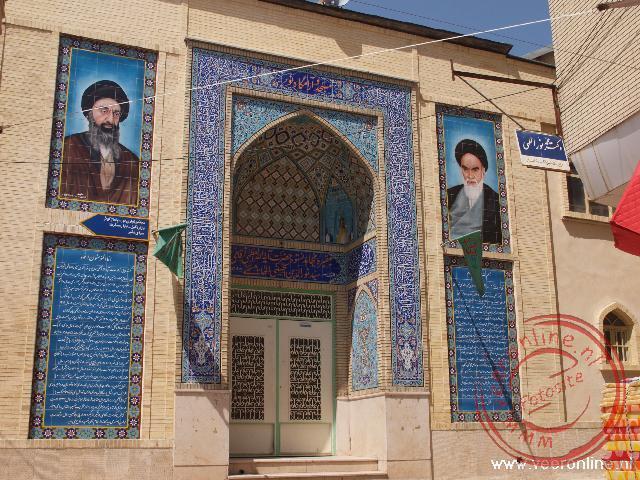 Afbeeldingen van de twee ayatollahs Kamanei en Khomeini.
