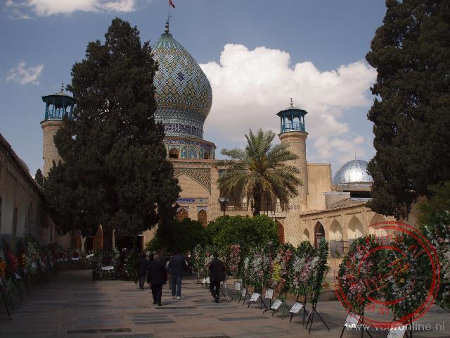 Kransen bij de moskee tijdens een begrafenis
