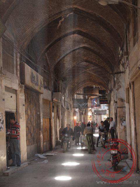 De zonlicht schijnt op het stof in de overdekte bazaar van Esfahan