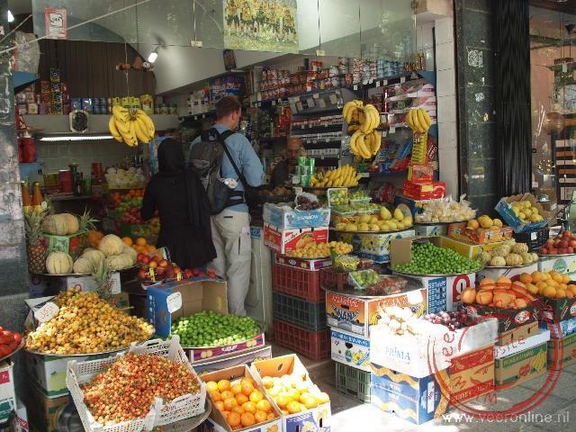 Fruit kopen in een winkeltje in Asfahan