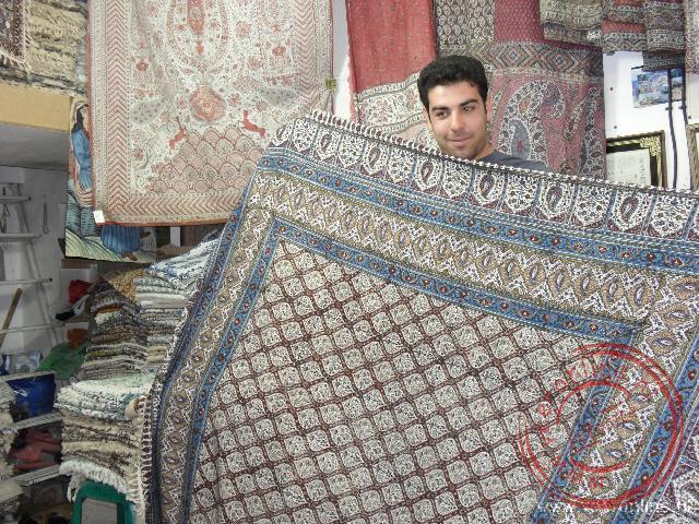 Mohammed probeert zijn kleden te slijten