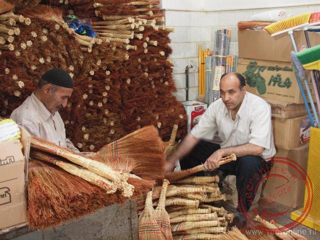 Een winkeltje in de bazaar met alleen maar bezems