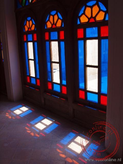 De zon schijnt door de glas-en-lood ramen