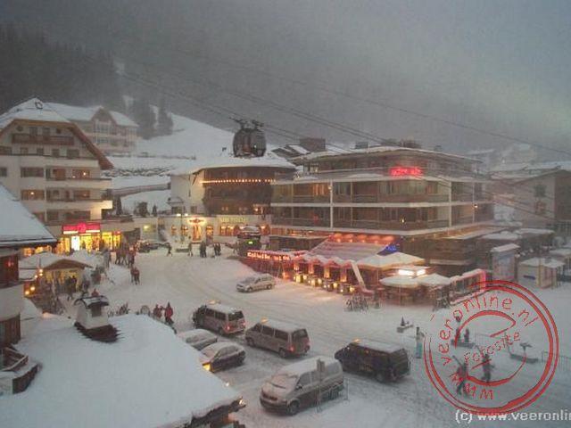 Het centrale plein van Ischgl tijdens een sneeuwbui