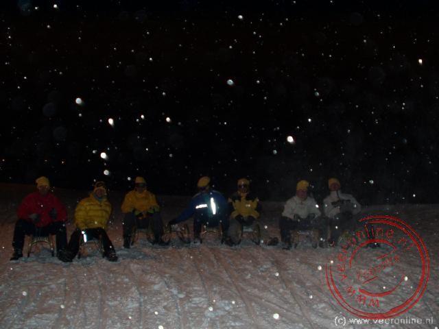 Op de slee klaar voor het rodelen in de sneeuw