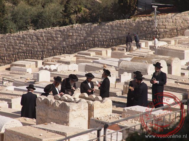 De Olijfberg is een populaire begraafplaats voor de Joden. God zou hiervandaan de overledenen tot leven wekken aan het einde der tijden.