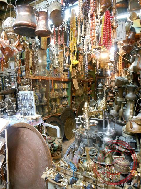 Volgepakte winkeltjes in de bazaar
