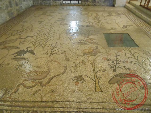 de mozaïekvloer van de 5e-eeuwse kerk die vroeger op deze plek stond