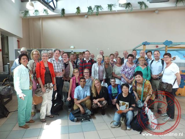 Een groepsfoto op de luchthaven van Odva