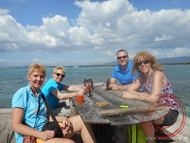 Een drankje in de bar omringt door zee
