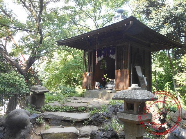 Een kleine tempel nabij de Tokyo Tower