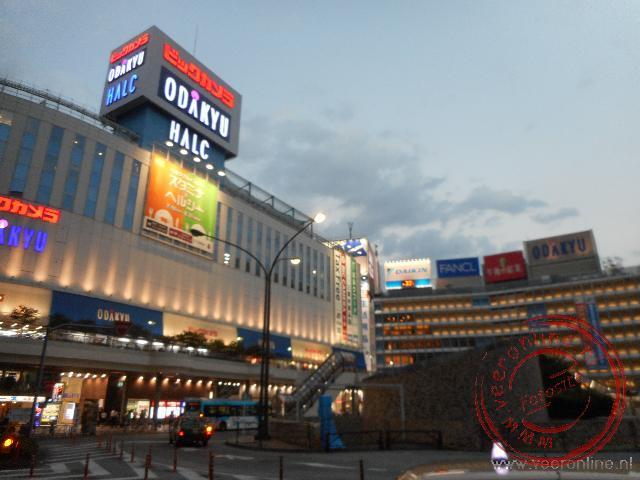 De avond valt in de uitgaanswijk Shinjuku