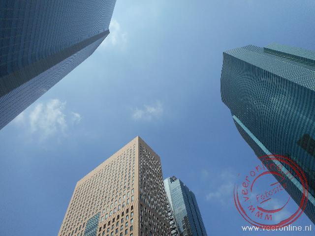 De hoge wolkenkrabbers van Tokyo