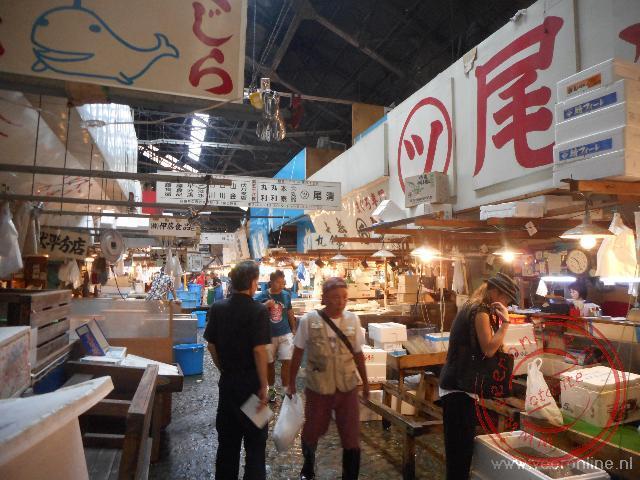 De net gevangen vis wordt verhandeld op de Tsukiji vismarkt