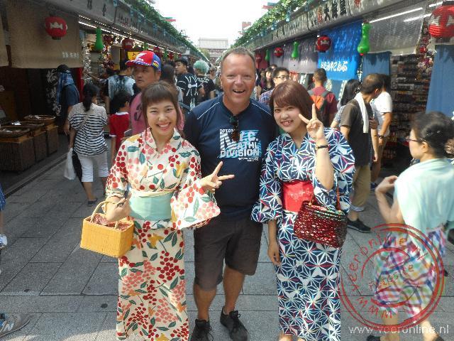 Meisjes poseren in hun Japanse kimono s