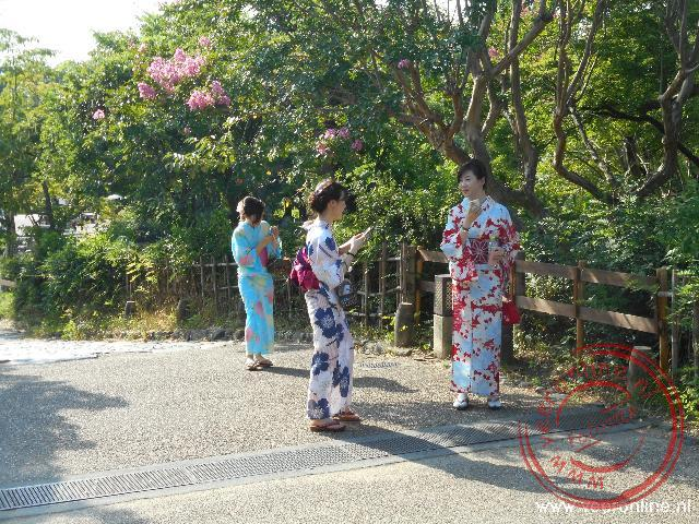 Damen gekleed in kimono s