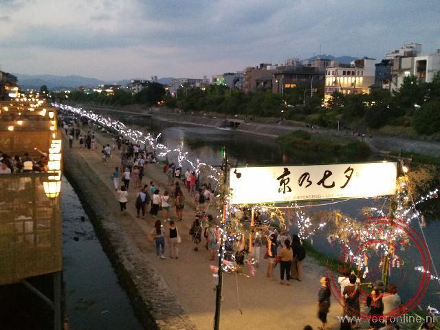 De avond valt aan de rivier in Kyoto