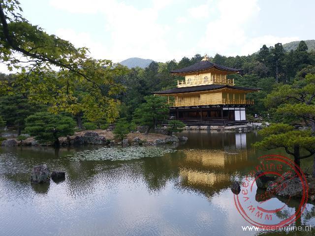 De Kinkaku-ji tempel met de gouden paviljoen