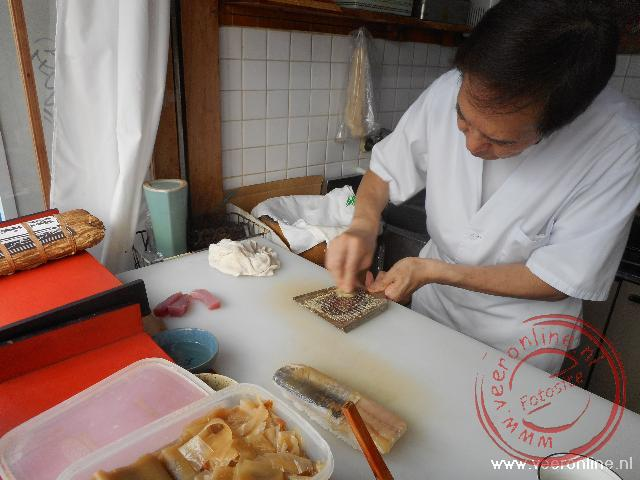 De sushi wordt klaar gemaakt in een klein restaurantje