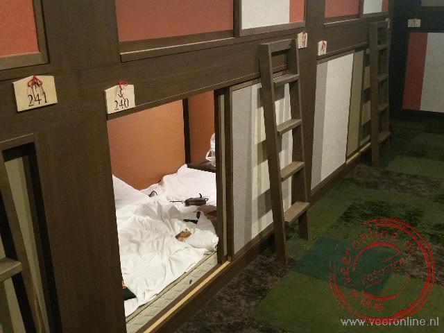 De kleine cabin ruimte voor de overnachting