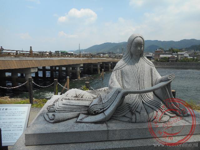 Een standbeeld van een Japanse schrijver aan de rivier in Uji