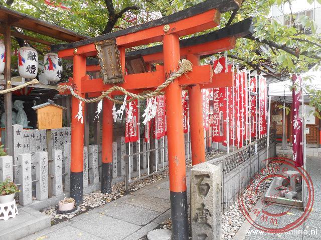 Het Ohatsutenenjin heiligdom ligt midden in de stad