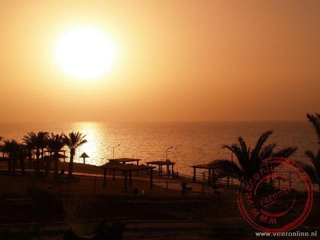 De zonsondergang in de Dode zee