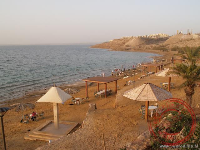 Het strand van de Dode zee in Jordanië