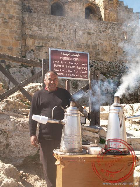 Voor het kasteel van Ajloun wordt koffie gemaakt op traditionele manier