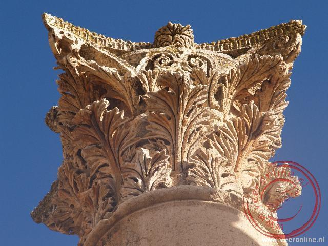 De detail versiering van de pilaren van Jerash